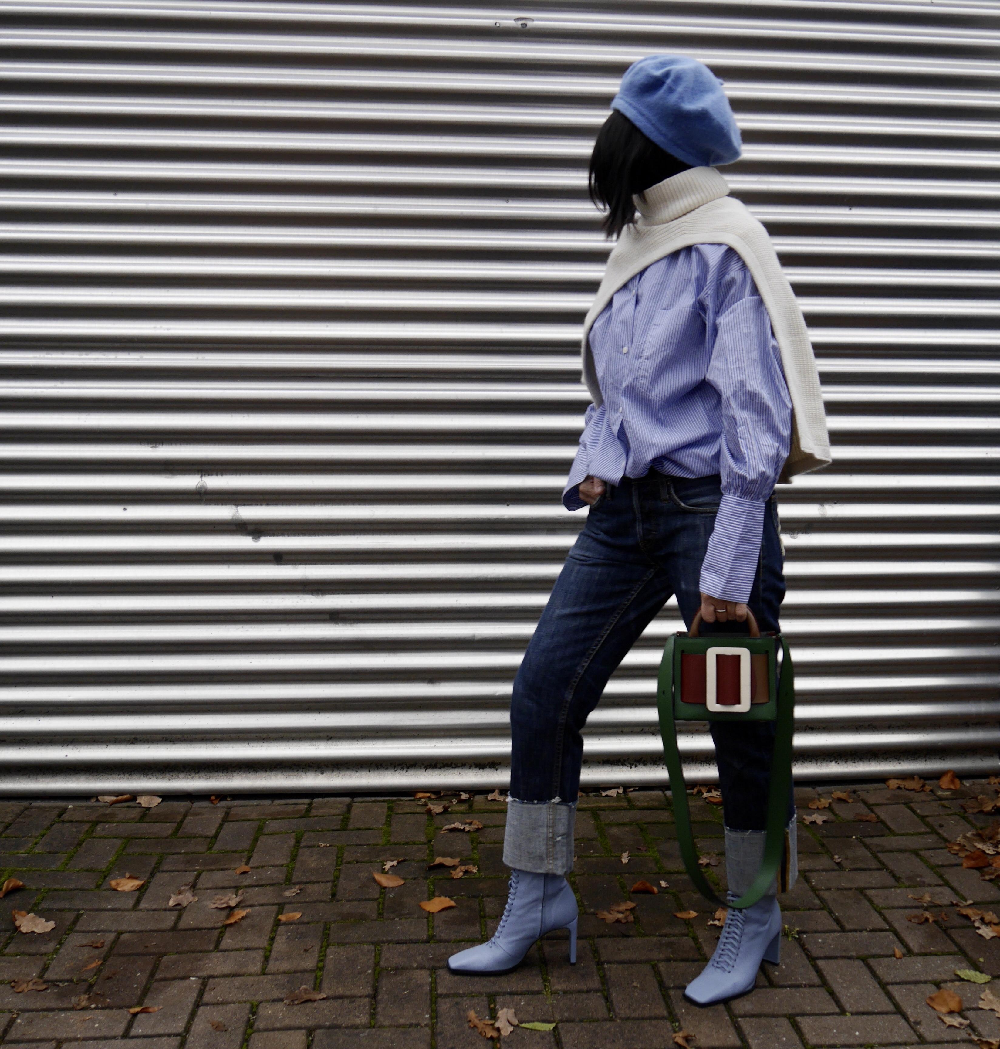 Pullunder über Oversize-Hemd, Jeans umgeschlagen