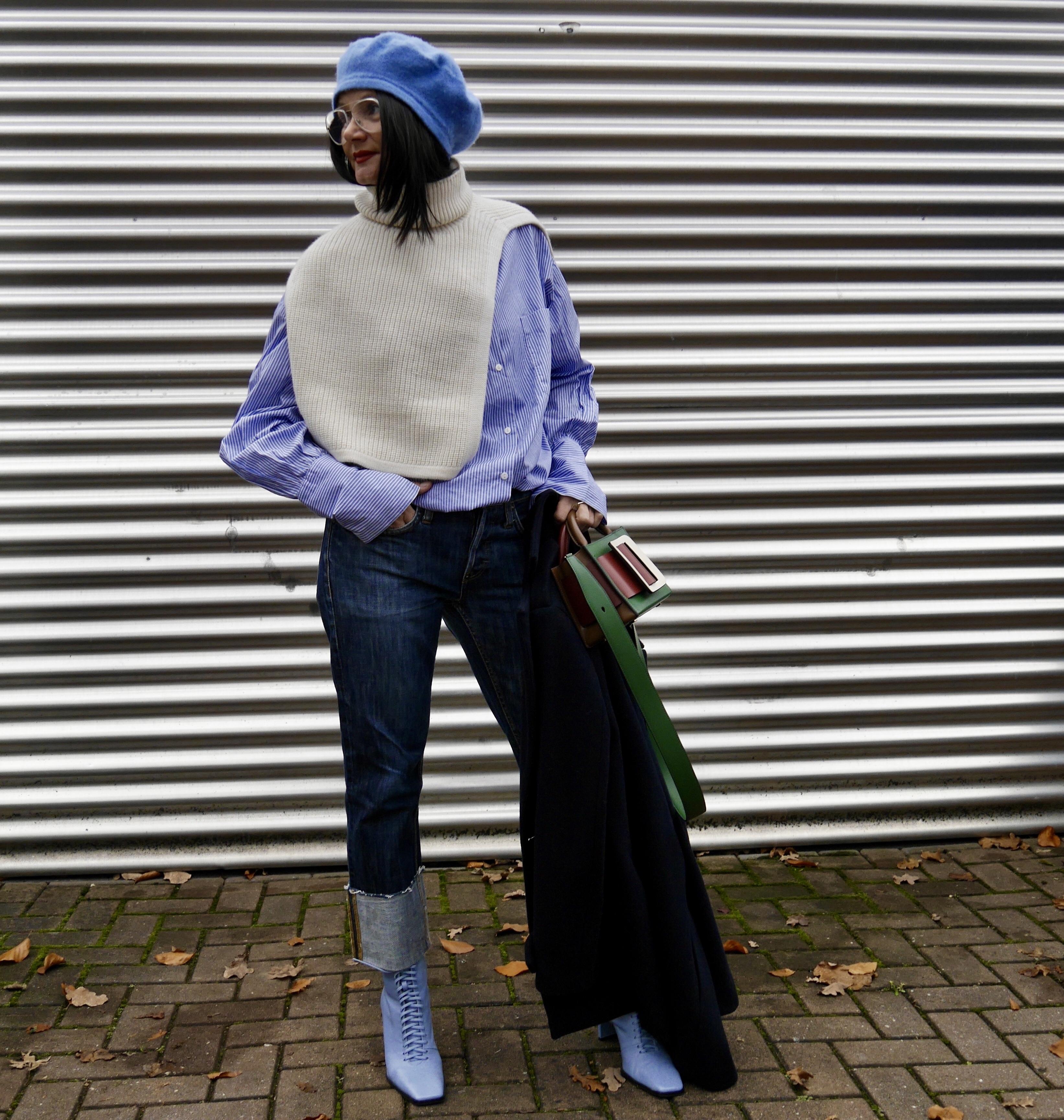 Pullunder über Oversize-Hemd, Jeans umgeschlagen, Boyy-Bag
