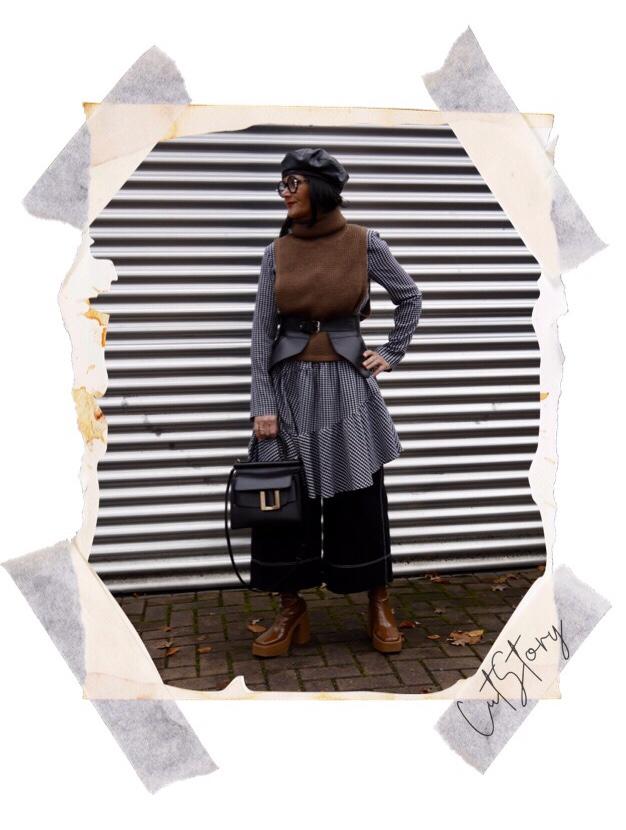 Pullunder über Kleid, Korsette-Gürtel, Lowe-Gürtel, Boyy-Bag