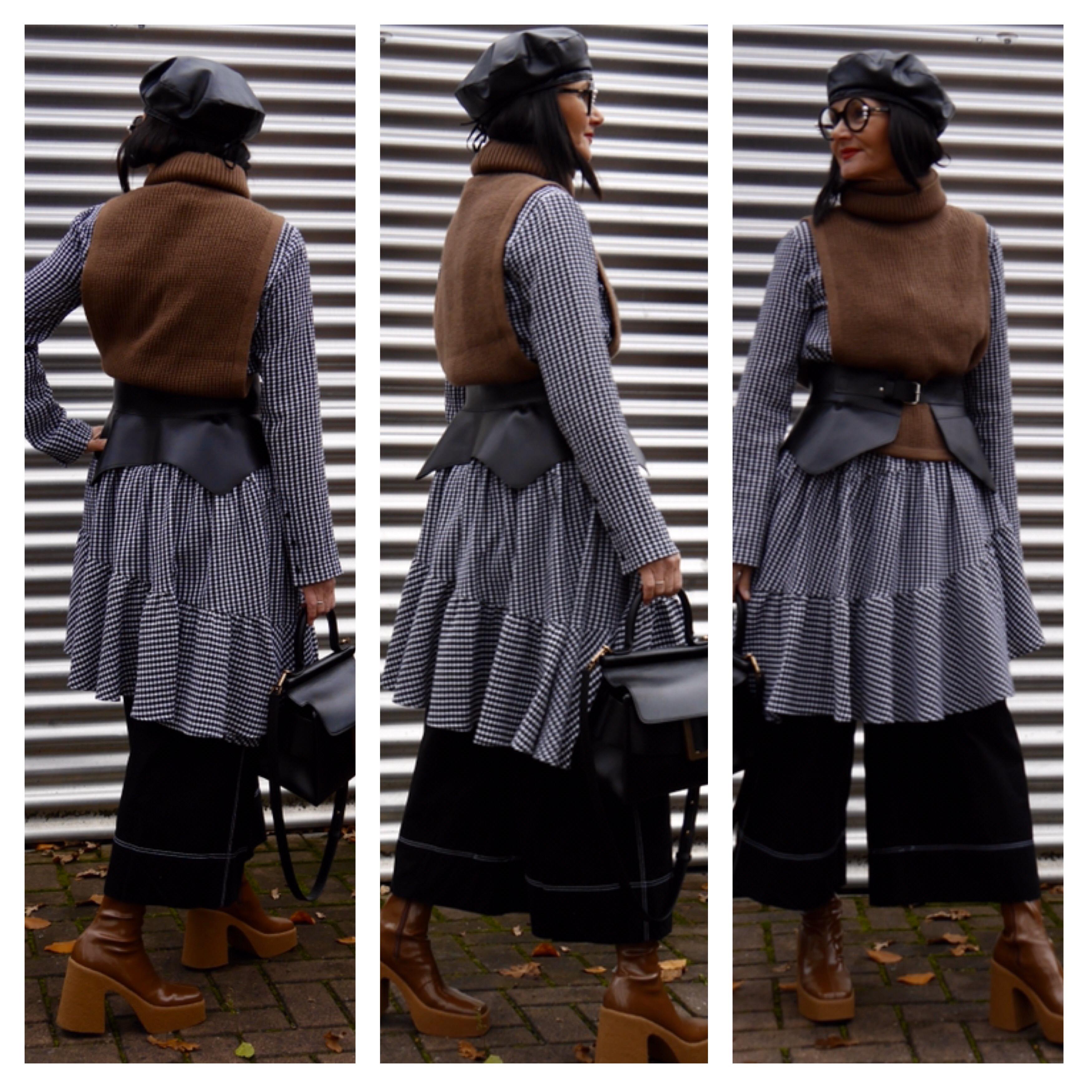 Pullunder mit Rollkragen, Lowe-Gürtel über Kleid, Culotte, Stella McCartney-Boots, Boyy-Bag